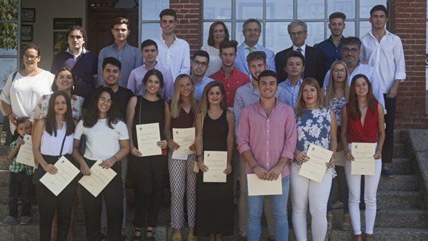 Jóvenes de las localidades sevillanas de Mairena del Alcor y El Pedroso reciben las becas que les concede la Fundación José Manuel Lara