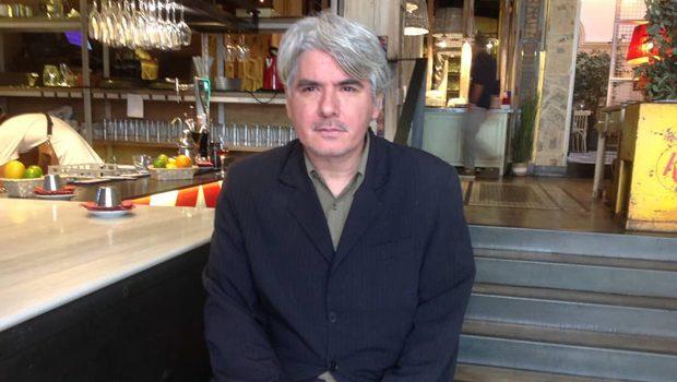 """Juan Bonilla presentó 'La novela del buscador de libros': """"Una biblioteca es siempre la autobiografía de un lector»"""
