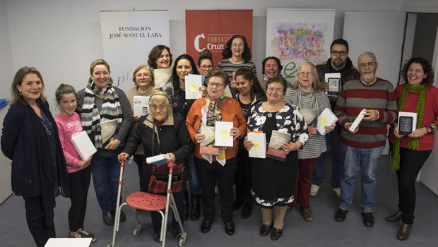El club de lectura 'Experiencias', en Las Tres Mil Viviendas, recibe el apoyo de nuevas instituciones