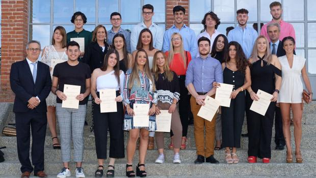 Universitarios de Mairena del Alcor y de El Pedroso recibieron sus becas de estudio
