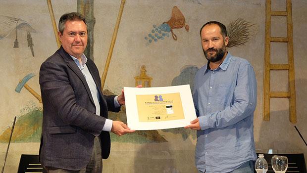 Juan Marqués recibe el X Premio Iberoamericano de Poesía Hermanos Machado de manos del alcalde de Sevilla