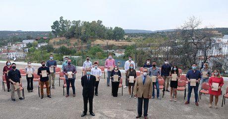 La Fundación José Manuel Lara entregó las 49 becas de estudios superiores a jóvenes de las localidades sevillanas de Mairena del Alcor y El Pedroso