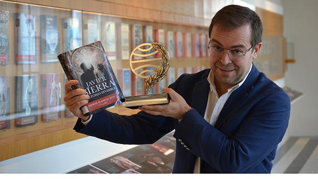 El escritor Javier Sierra visita el Centro Cultural Escuelas Nuevas de El Pedroso (Sevilla)